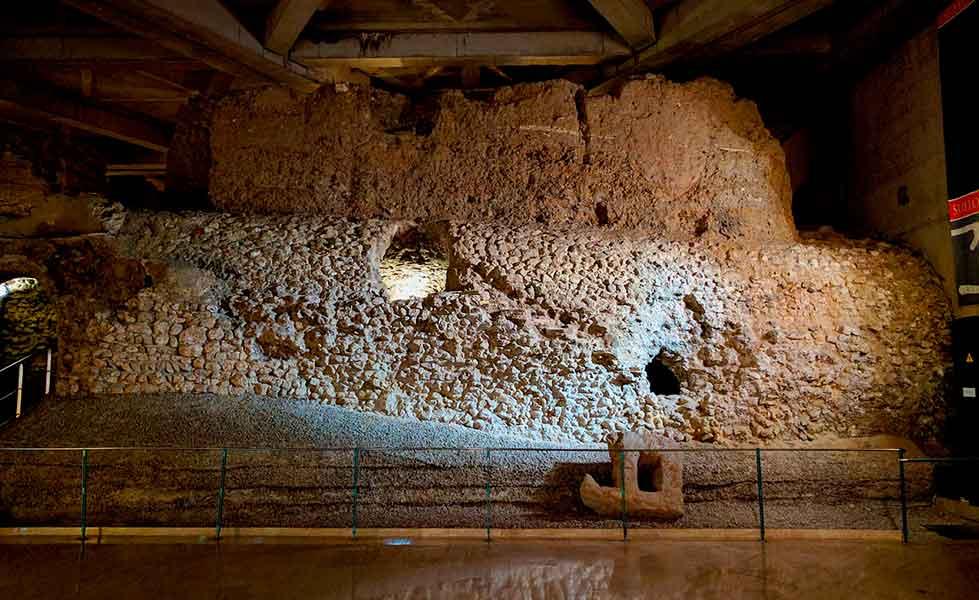 Exterior de la cloaca del foro romano de Caesaraugusta
