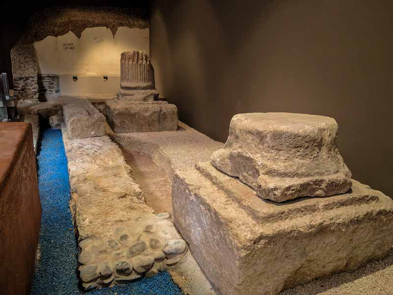 Restos de columnas y letrinas de las Termas Romanas de Caesaraugusta - Zaragoza