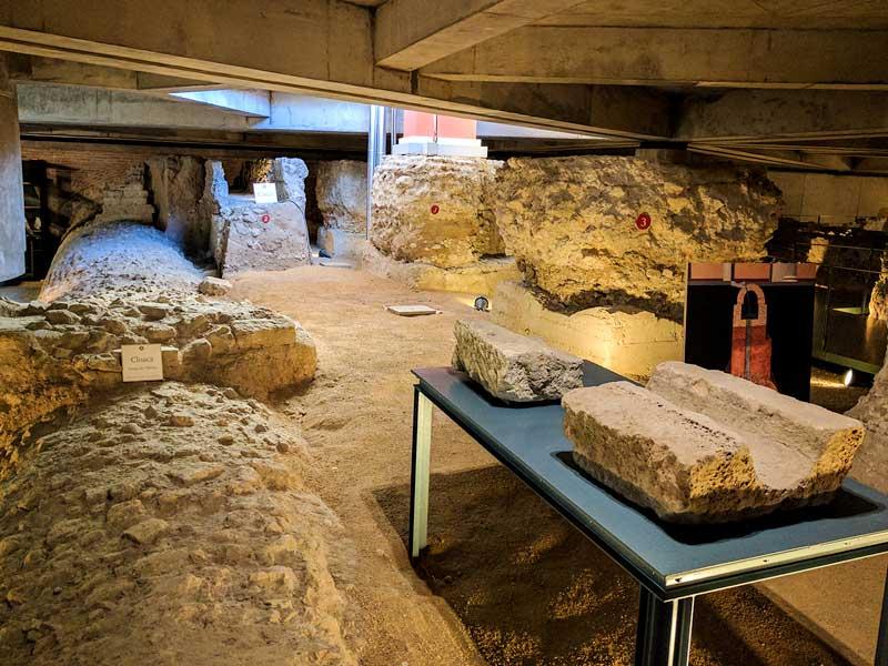 Canalillo de recogida de agua y vista superior de la cloaca del Foro de Caesaraugusta
