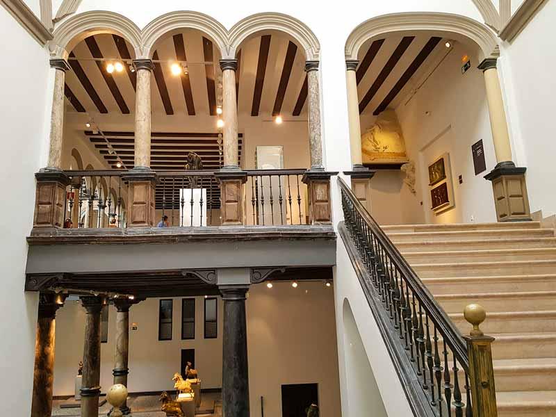 Escaleras de acceso a la planta 3 del Museo Pablo Gargallo