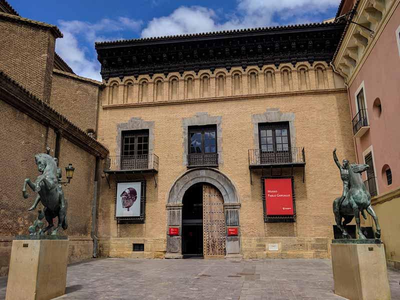 Fachada del palacio renacentista Condes de Argillo, acceso al museo Pablo Gargallo