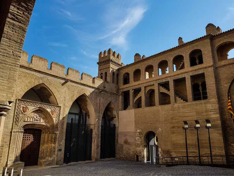 Patio y pórtico de la capilla de San Martín del Palacio de la Aljafería
