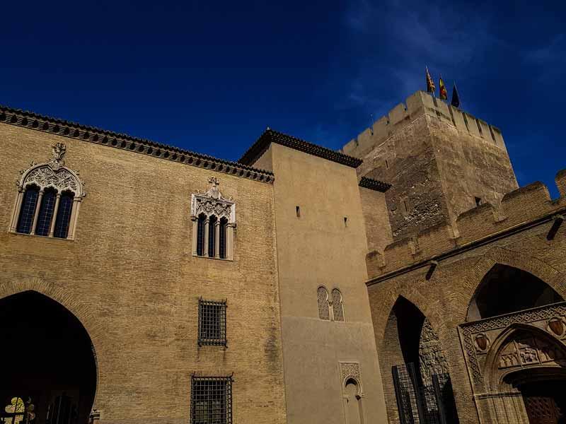 Patio de San Martín y Torre del Trovador de la Aljafería