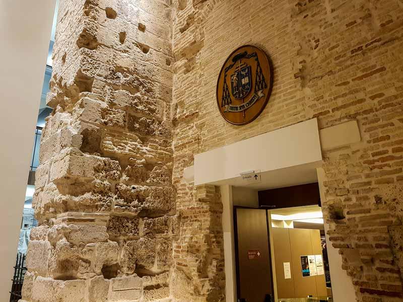Restos antigua torre. Entrada al Alma Mater Museum - Zaragoza