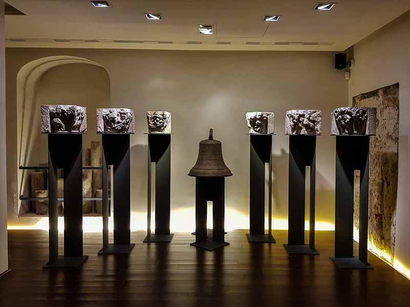 Sala 7: Capiteles y campana de la iglesia de San Jaime (S. XII) - Alma Mater Museum - Zaragoza