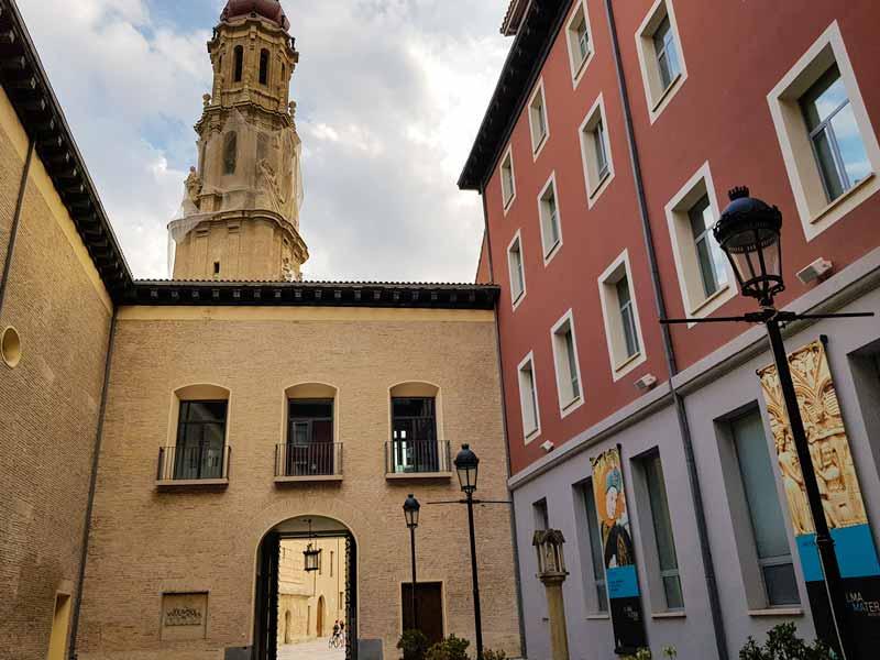Alma Mater Museum. Patio y entrada de plaza de la Seo - Zaragoza