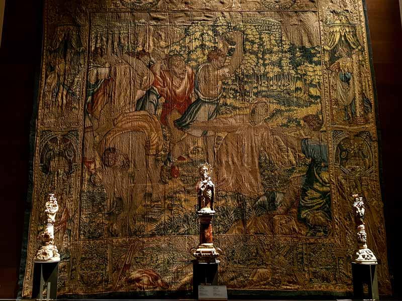 Sala 2: Tapiz y tallas de la Virgen del Pilar - Alma Mater Museum - Zaragoza