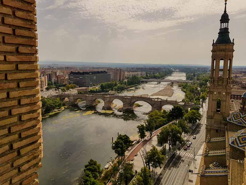 Vistas puente de piedra y río Ebro desde la torre