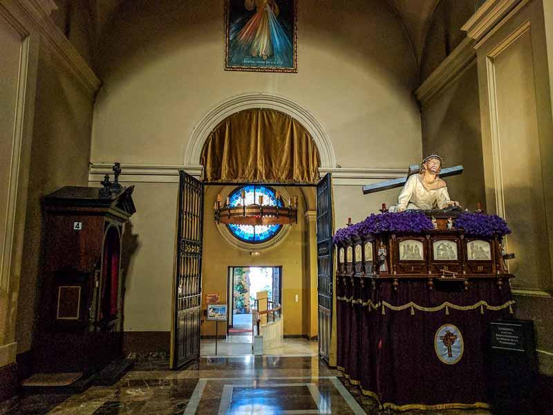 Acceso a las escaleras de la cripta de la iglesia de Santa Engracia