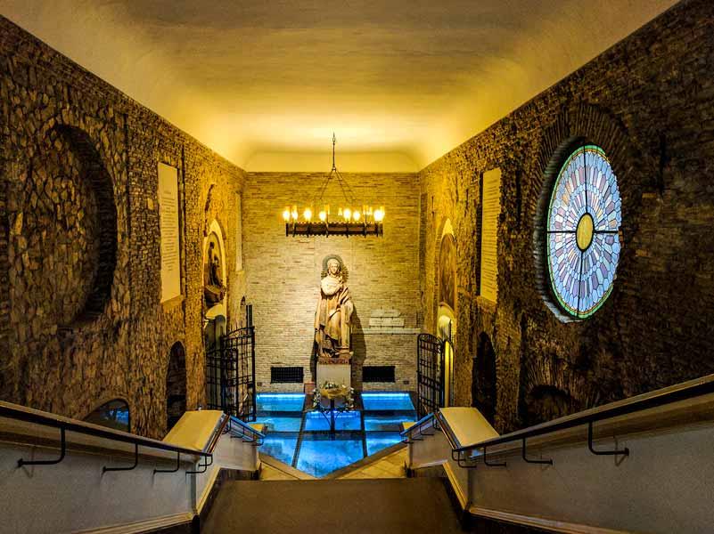 Escaleras de acceso a la cripta de la iglesia de Santa Engracia de Zaragoza
