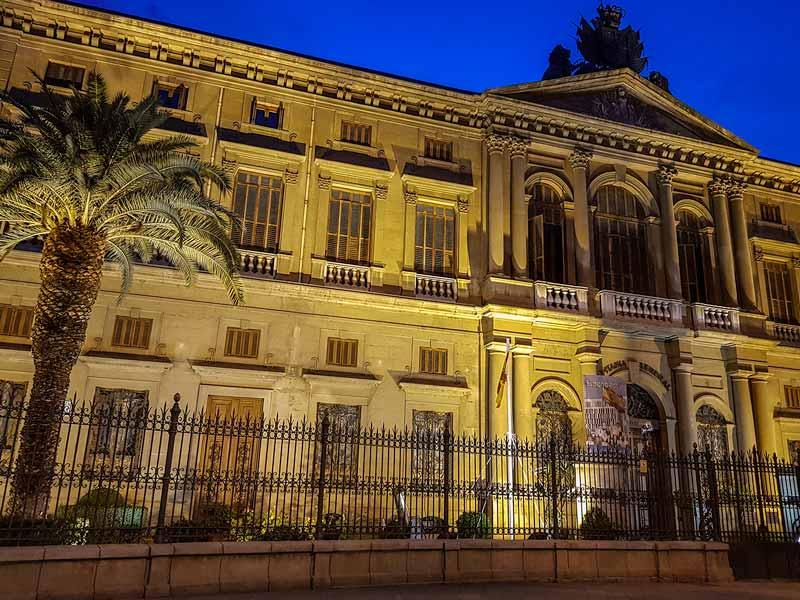 Fachada iluminada de la Capitanía General de Zaragoza
