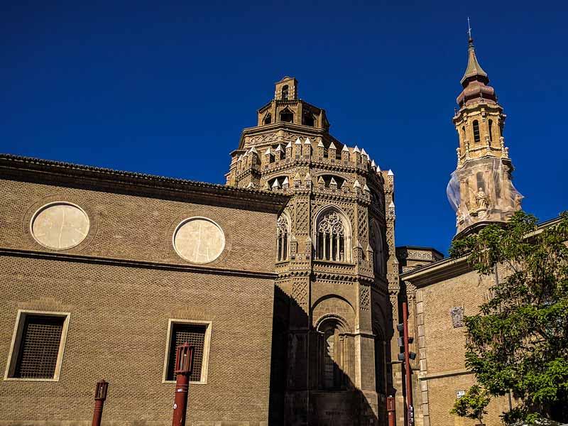 Ábside, cimborrio y torre de la Catedral de la Seo vistas desde la Plaza San Bruno
