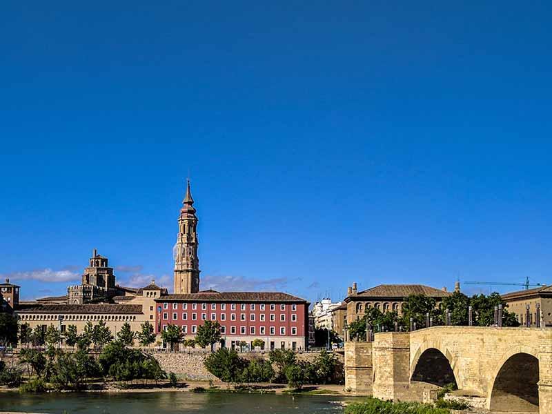 Cimborrio y torre de la Catedral de la Seo vistas desde la otra orilla del Ebro