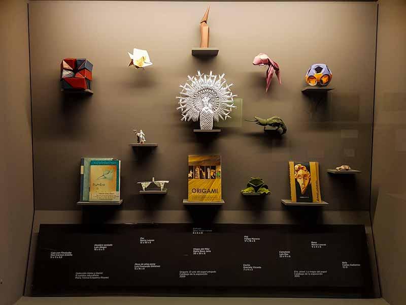 Expositor con la Virgen del Pilar - Museo del Origami - Zaragoza