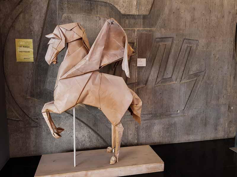 Figura Pegaso - Entrada del museo del origami de Zaragoza
