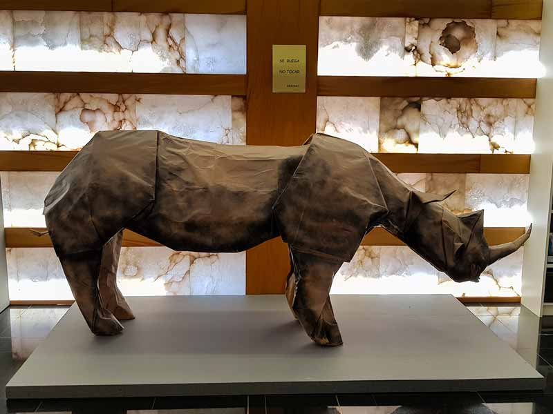 Figura rinoceronte. Entrada del museo del origami de Zaragoza