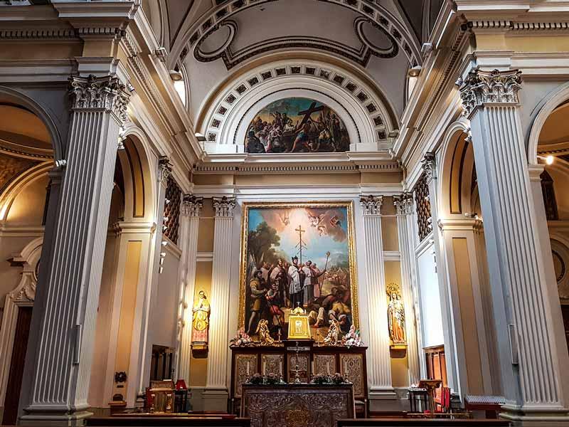 Vista del altar de la iglesia de la exaltación de la Santa Cruz de Zaragoza con el lienzo de las Navas de Tolosa