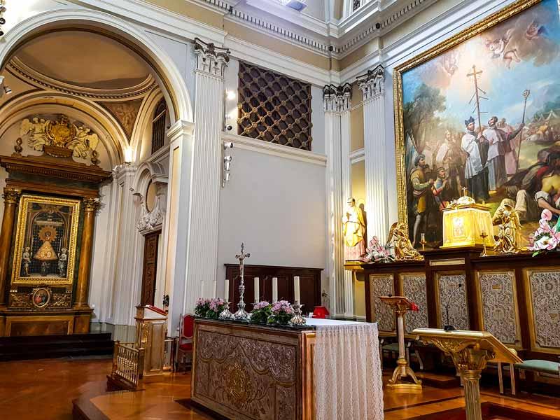 Altar y capilla lateral de la iglesia de la exaltación de la Santa Cruz de Zaragoza