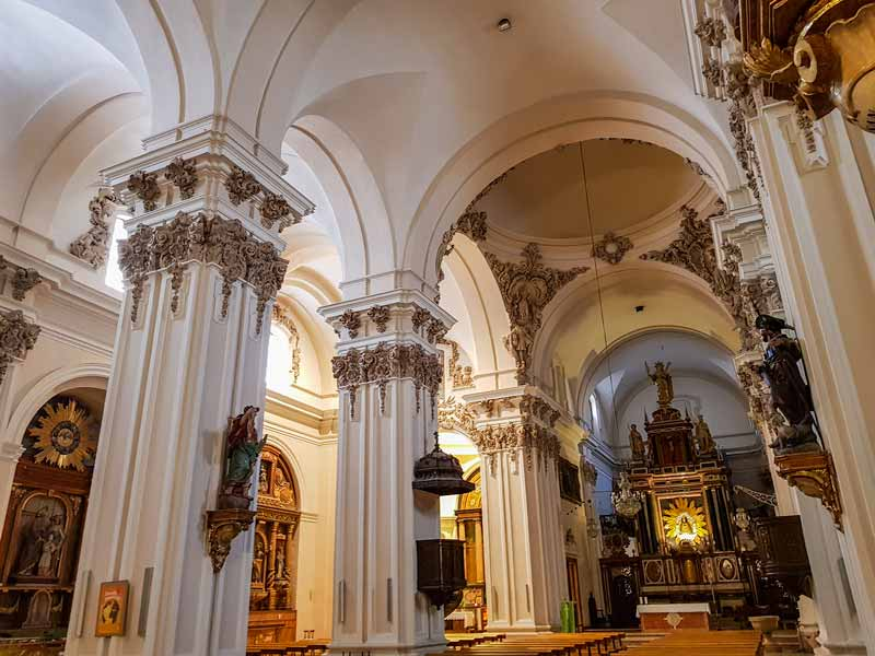 Nave central y altar de la iglesia de nuestra señora del Portillo