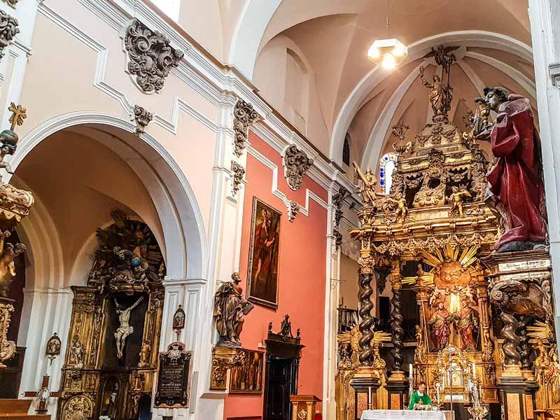 Vista de nave central y lateral de la iglesia de San Felipe