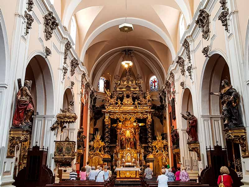 Nave central con apóstoles, púlpito y altar mayor de la iglesia de San Felipe de Zaragoza