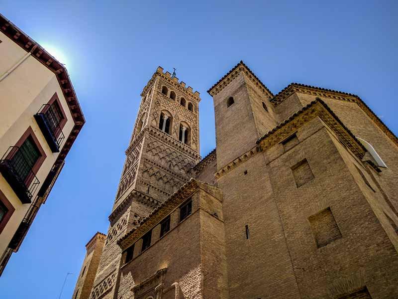 Torre mudéjar de la iglesia de San Gil Abad desde calles Estébanes con Cinegio - Zaragoza