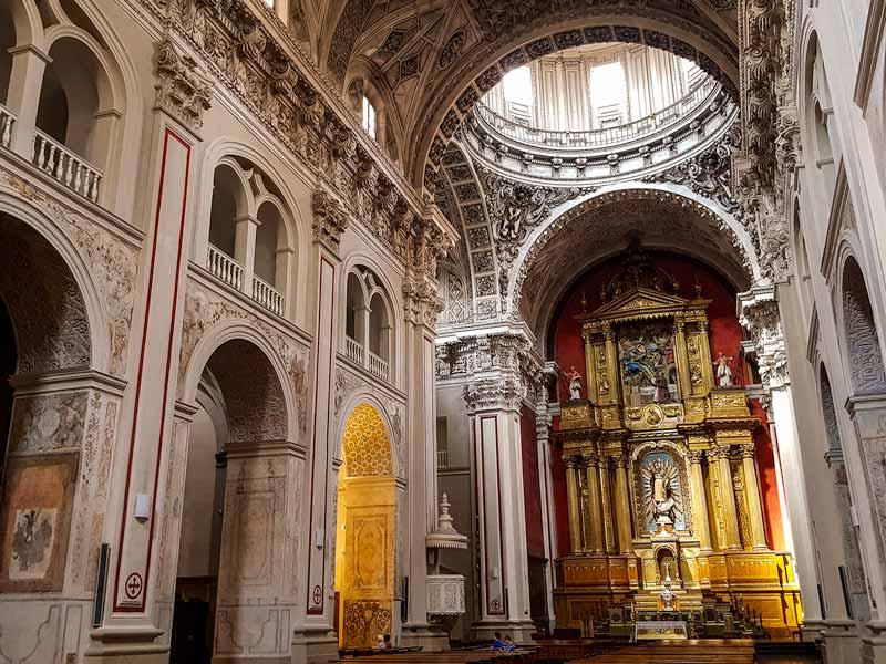 Nave central y retablo