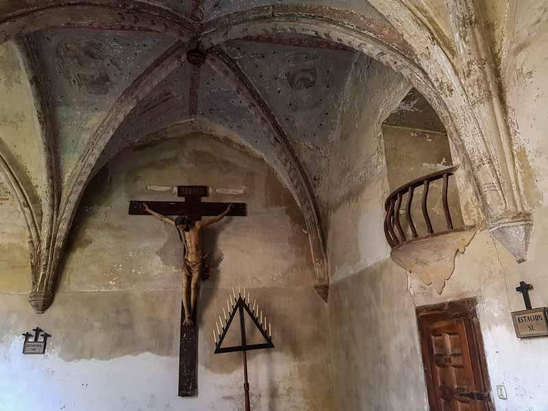 Talla de Cristo y bóveda del claustro
