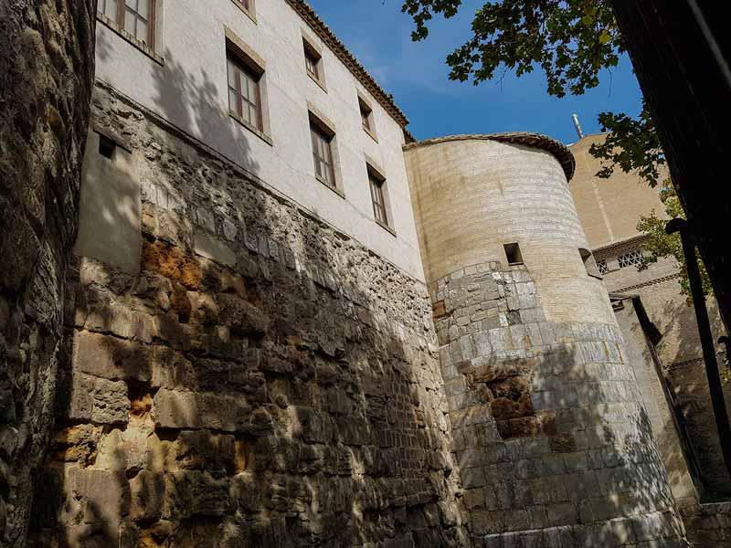 Fachada Monasterio de la Resurrección y murallas romanas - Lado Coso