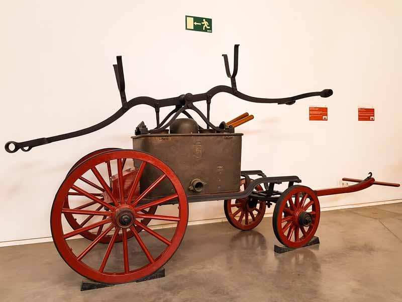 Carro con bomba manual del museo