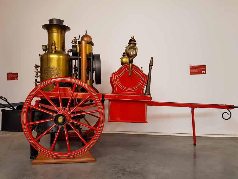 Carro con bomba de vapor del museo
