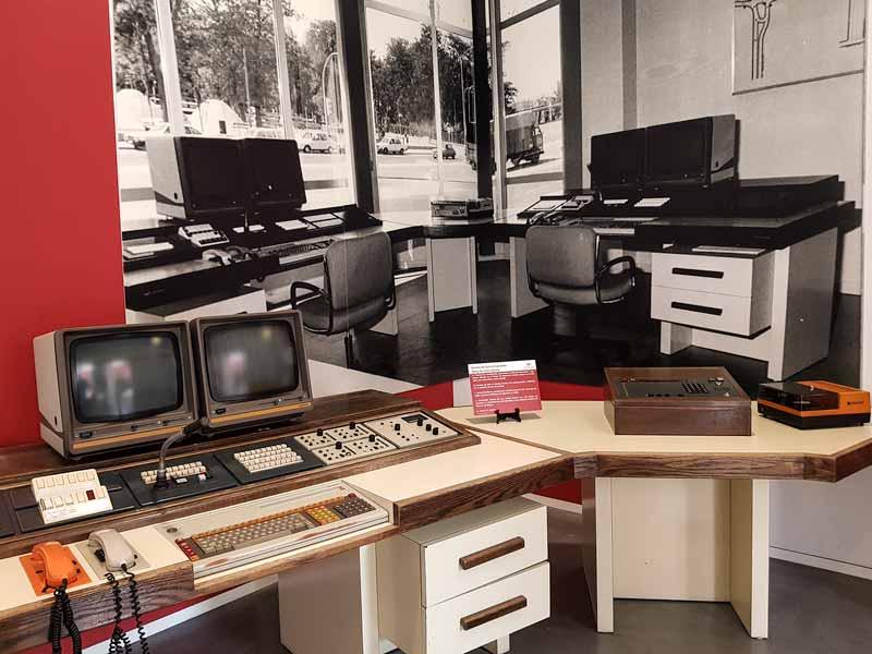 Mesa de comunicaciones antigua. Museo del Fuego y de los Bomberos de Zaragoza.