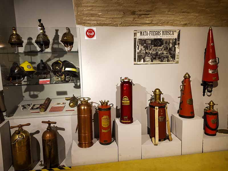 Extintores antiguos expuestos en el museo