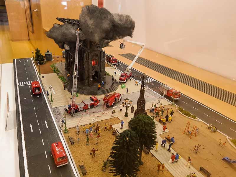 Maqueta de un incendio en una iglesia