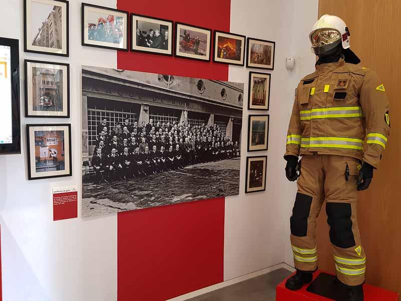 Traje actual. Museo del Fuego y los Bomberos de Zaragoza.