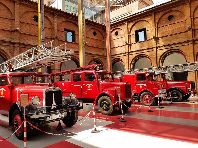 Coches de bomberos del patio del museo