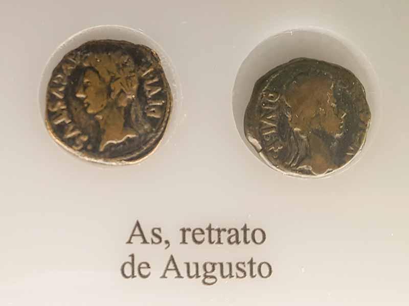As (moneda) romano con retrato de Augusto. Museo de Zaragoza