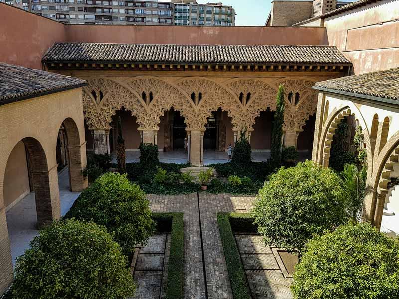 Patio de Santa Isabel desde la galería mudéjar del Palacio de la Aljafería