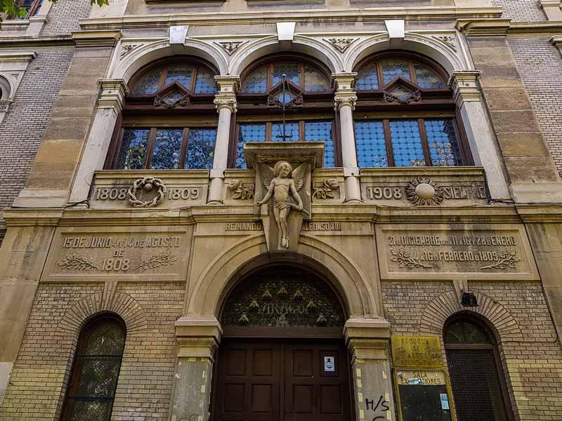 Entrada de la Antigua Escuela de Artes y Oficios de Zaragoza