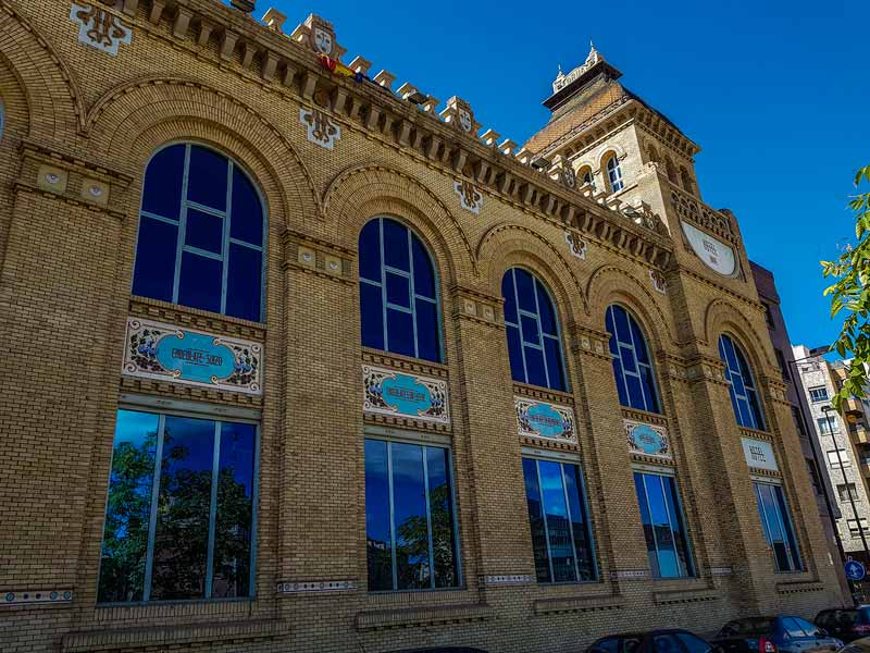 Detalle de la fachada de la antigua fabrica de chocolates y cafés orús con sus elementos barrocos y renacentistas