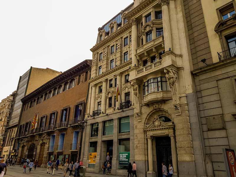 Antiguo Banco de Aragón junto al palacio de Sástago