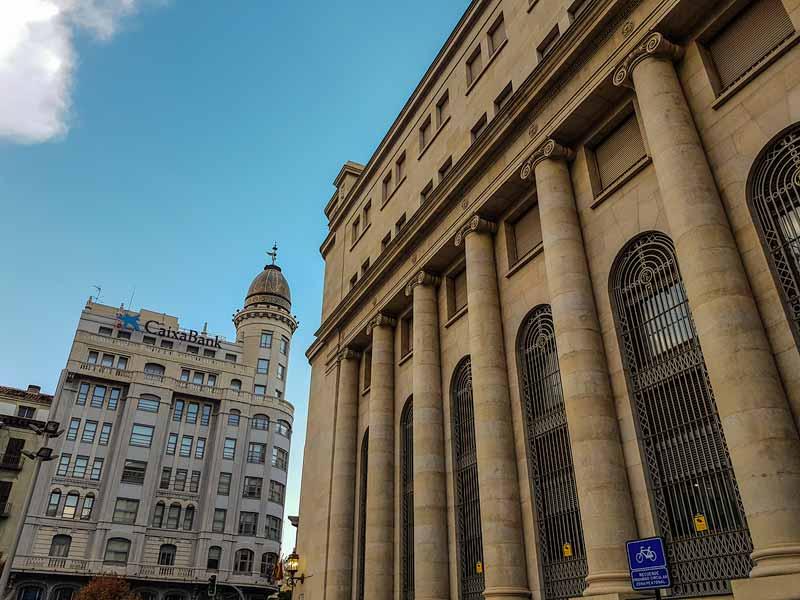 Fachada del Banco de España y del edificio del Banco Zaragozano