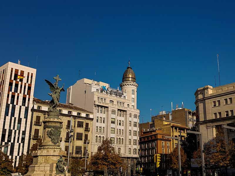 Vista de Plaza España con el Banco Zaragozano al fondo