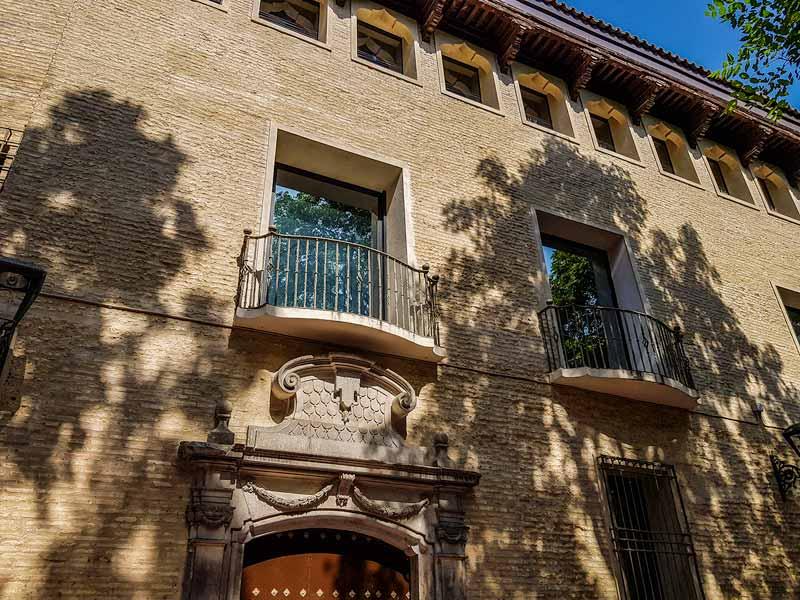 Fachada y puerta neoclásica de la Casa de los Tarín