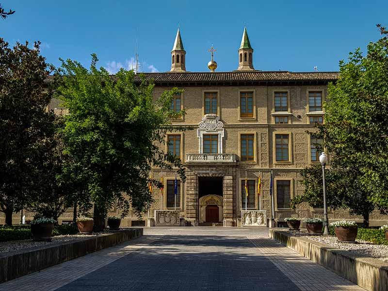 Acceso principal del edificio Pignatelli