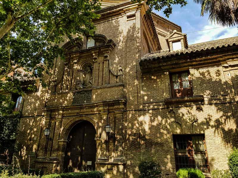 Parte antigua del hospital y portada de la iglesia de Nuestra Señora de Gracia