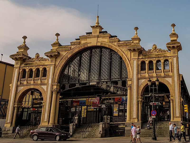 Acceso al Mercado Central de Zaragoza desde las murallas