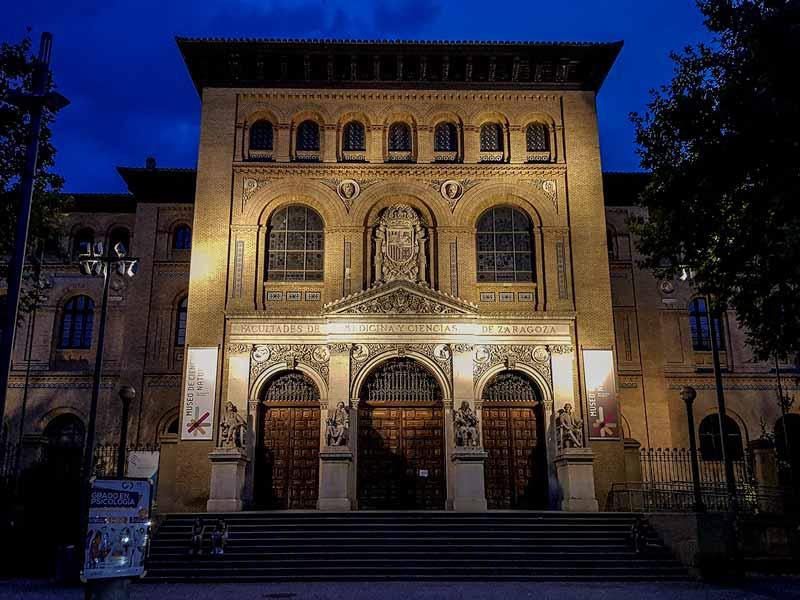 Fachada iluminada del Paraninfo de la Universidad de Zaragoza