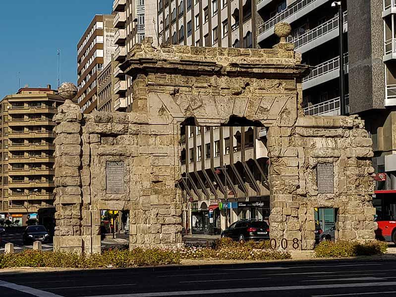 Vista frontal de la Puerta del Carmen de Zaragoza
