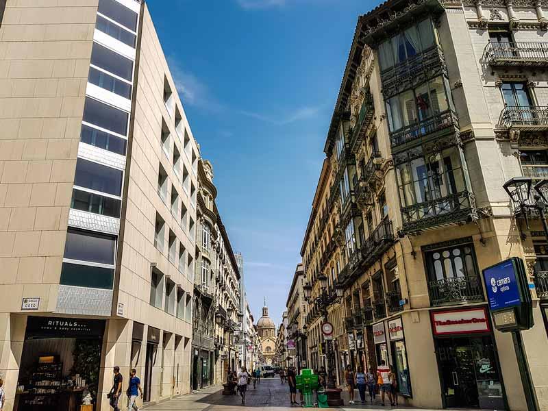 Inicio de la Calle Alfonso de Zaragoza, a la derecha edificio de viviendas modernistas